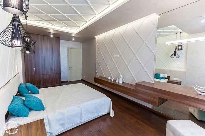 На полу и стене паркетная доска Вудхарт, дуб с брашем, масло-воск с персональным подбором цвета