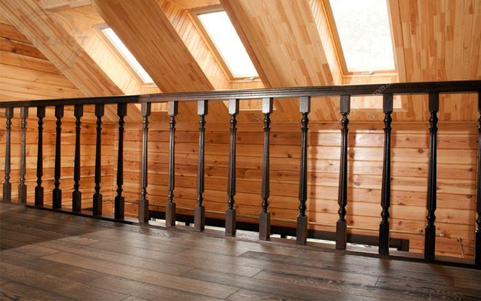 Новый деревянный дом из бруса. Уложена дубовая паркетная доска, основание - фанера, покрытие масло- воск, 4 слоя, цвет № 0120, брашированная
